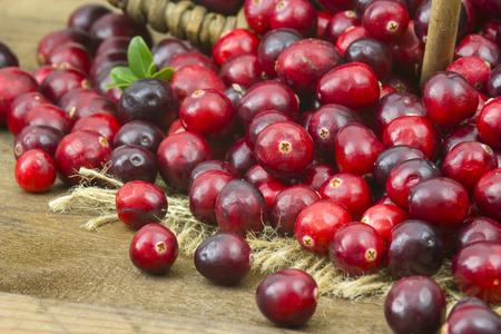arandanos rojos: Arándanos en el fondo de madera