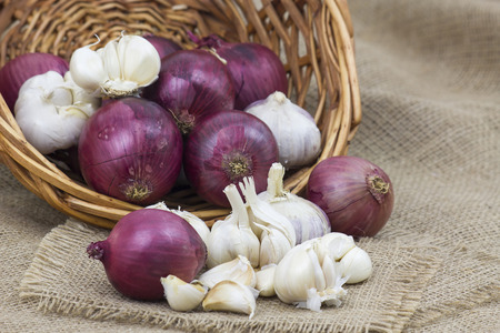 Fresh garlic and onion in a basket 版權商用圖片 - 62841672