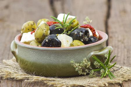 Formaggio feta e olive con le erbe in olio d'oliva Archivio Fotografico - 73026378