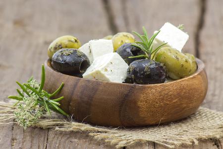 Formaggio feta e olive con le erbe in olio d'oliva Archivio Fotografico - 73083817