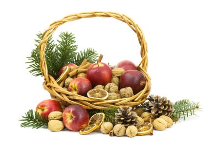 albero nocciolo: basket full of apples, nuts, cinnamon Archivio Fotografico