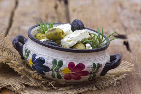 Formaggio feta e olive con erbe aromatiche in olio d'oliva Archivio Fotografico - 94610741