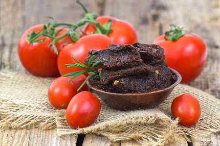 fresh and dried tomatoes on wooden background 版權商用圖片