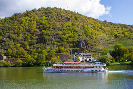 TREIS-KARDEN, Germany - OCTOBER 02, 2019: Passenger and river cruise ships on the Moselle river 新聞圖片