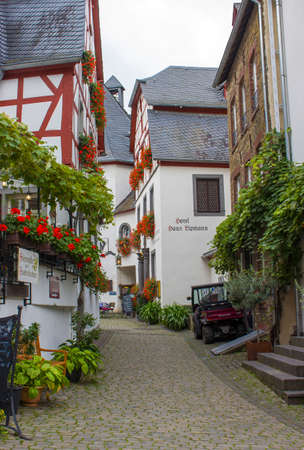 BEILSTEIN, GERMANY - OCTOBER 03 2019: historic village along the river Moselle with old half-timbered houses and the ruins of castle Metternich on top of the hills 新聞圖片