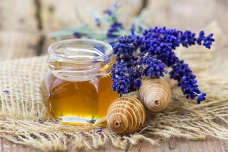 honey and lavender on wooden background Standard-Bild