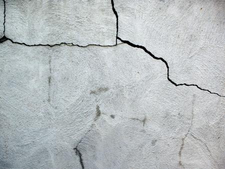 fissure: Gros plan sur la fondation maison fissur�e endommag�s, faite de blocs de ciment.