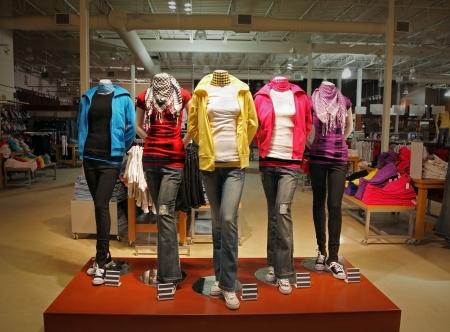 청바지, 후드 티, t- 셔츠와 scarfs 최신 유행을 표시하는 5 개의 마네킹 빈 십 대 패션 저장소.