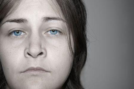 놀라운 눈을 가진 우울, 슬픈, 젊은 여자의 극적인 머 금고 초상화. 실제 색상의 흑백으로 거의 흑백입니다.