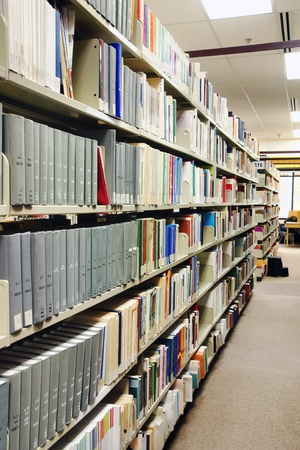 灰色の本の列、学校図書館、大学やカレッジで。