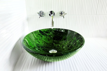 vessel sink: Dise�o de gran ba�o con receptor de buque de vidrio de m�rmol faux corrugado cer�mico blanco con ejecuci�n de agua de los grifos de pared moderna.