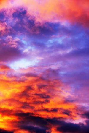 지옥 : 하늘에 깊은 오렌지와 보라색 구름, 거의 추상적 인 배경을 가진 화재.
