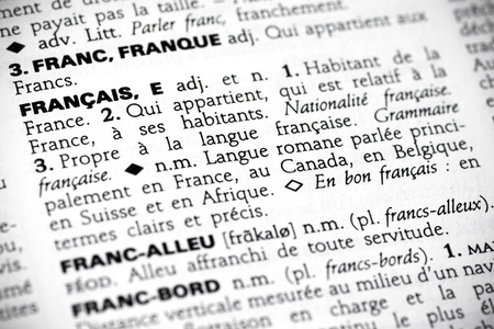frans: Macro geschoten met focus op het woord fran�ais en de definitie ervan in een Franse woordenlijst. Stockfoto
