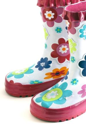 botas de lluvia: Lluvia de flores coloridas de ni�a divertido arranca aislados en blanco.