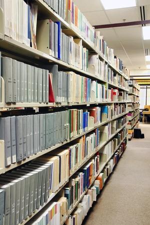bibliotecas: Perspectiva de filas de gris libros en la biblioteca de la escuela, Universidad o colegio. Foto de archivo