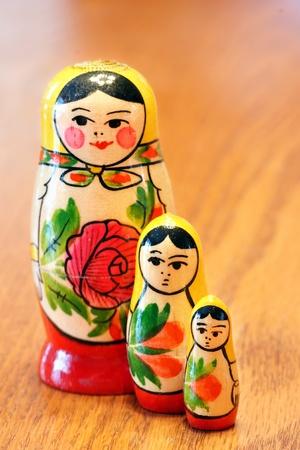 Generische geschachtelte espagnole Matrioshka mit Blumen auf sie auf Holztisch gemalt Standard-Bild - 9335328