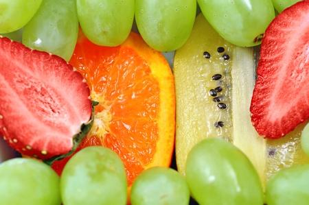 frutas divertidas: Fruta divertido mezclar a fondo con fresas, kiwi, naranjas y uvas verdes, centrarse en el naranja y el kiwi.