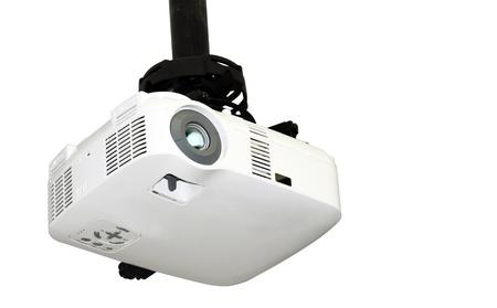 Close-up von einem Multi-Media-Projektor an der Decke isoliert auf weißem Hintergrund mit Kopie Raum