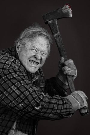 casi: Muy asustadizo viejo loco con un hacha, grandes detalles, casi en su totalidad en blanco y negro a excepci�n de los ojos y la sangre en la herramienta.