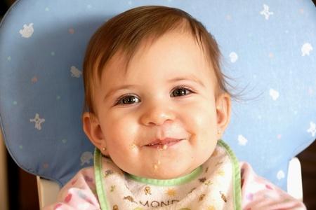Schattig en lief gezicht meisje eet graan en het maken van een puinhoop Stockfoto
