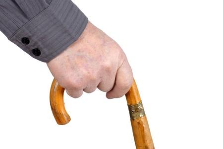 Senior man de hand hording een oude houten stok om te steunen als hij loopt, veel details.