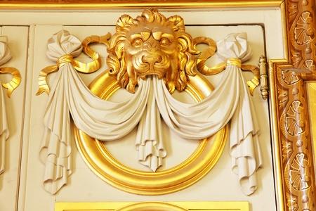 sculpted: Grote architectonische details boven een deur van een oude Europese historische gebouw van een sierlijke gebeeldhouwde gouden leeuw hoofd. Redactioneel