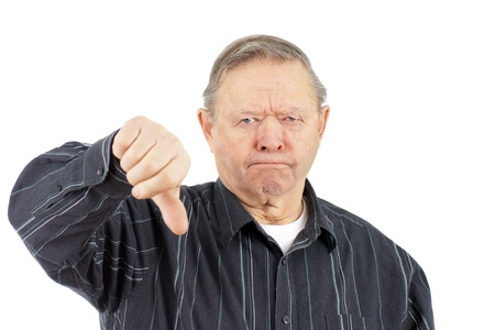 grumpy: Grappig gezicht knorrige oude man fronsen terwijl het geven van de duimen naar beneden kijken naar de camera, op een witte achtergrond.