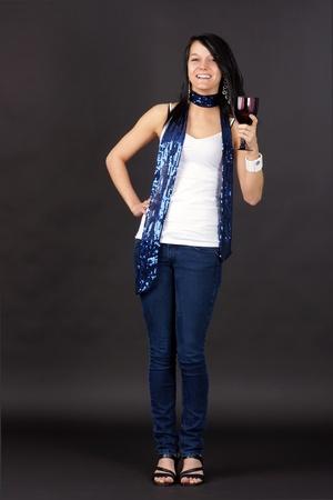 sandalias: Cuerpo completo de tiro de una mujer joven y bonita fiesta, la celebración de vidrio púrpura y tostado