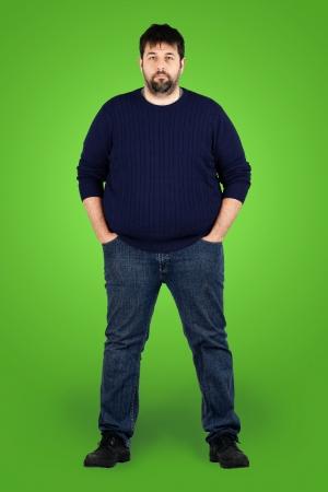 카메라를 찾고 큰 사람, 녹색 화면의 앞에 체중 문제와 실제 평범한 중년 수염 백인 남자의 완벽한 바디 샷은 배우 또는 추가 될 수 있습니다.