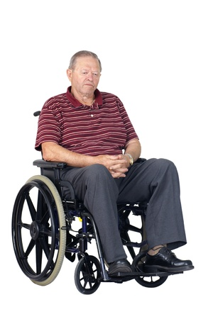 silla de ruedas: Hombre mayor triste o deprimido en silla de ruedas, mirando hacia abajo, foto de estudio aislado sobre fondo blanco.
