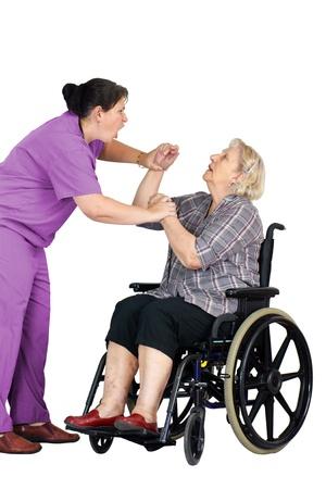 maltrato: Viejo concepto de abuso: la enfermera enfurecido u otro profesional sanitario agredir a un paciente, la mujer mayor en una silla de ruedas, tiro del estudio sobre fondo blanco.