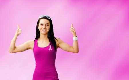 cancer de mama: Mujer joven sobreviviente de c�ncer en la luz suave o aireado fondo abstracto rosa