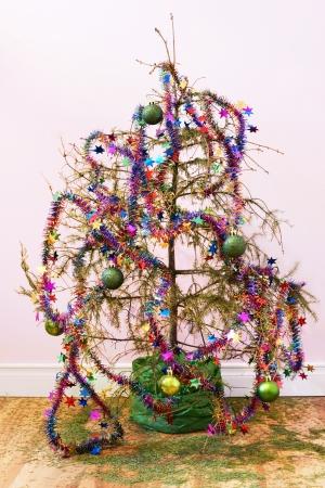 祝日やその他の概念の終わり: 木製の床中針干上がって死んでもみクリスマス ツリーと星のガーランドやオーナメントはツリーの左。 写真素材