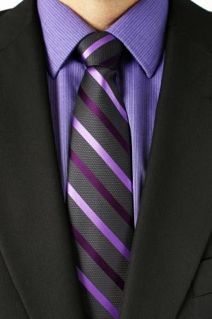 닫기 보라색 셔츠와 스트라이프 넥타이, 섬유의 좋은 정보와 함께 어두운 회색 또는 검은 색 정장에서 사업가 몸통의 닫습니다. 스톡 콘텐츠