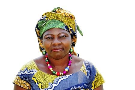 mujeres africanas: Hermosa mujer africana que llevaba un boubou aislado en blanco Foto de archivo