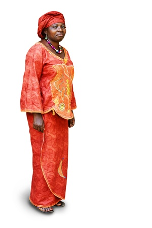 mujeres africanas: Todo el cuerpo de la mujer africana en la ropa tradicional aislado en blanco