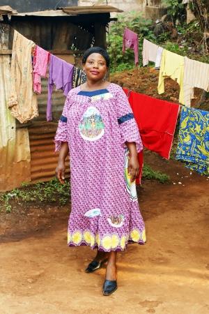 mujeres africanas: Mujer embarazada del africano negro en su patio con tendedero.