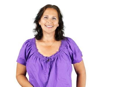 分離された幸せなカジュアルな白人ブルネット中年の女性