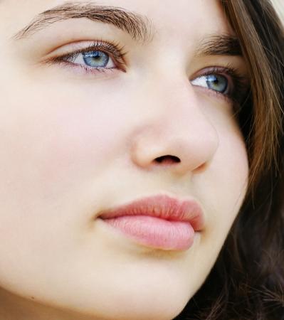 fair skin: Joven y bella mujer con piel clara y ojos azules, mirando a otro lado