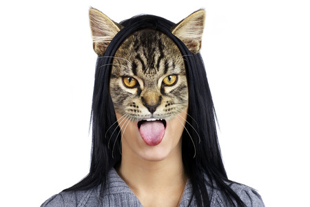 sacar la lengua: Joven y bella mujer morena gato sacando la lengua