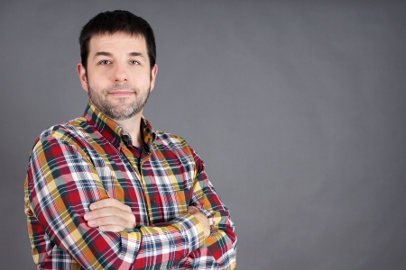自信を持って、信頼できる、友好的な中年の男は、灰色の普通の男 写真素材