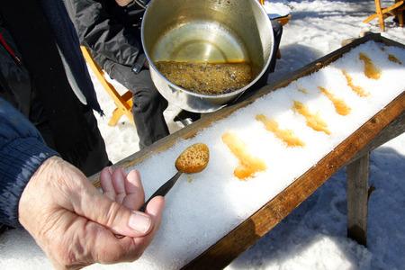 퀘벡, 캐나다에서 설탕 오두막집에서 눈, 또는 단풍 나무 토 피에 설탕 만들기