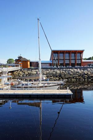 peer to peer: Barcos de vela en el par Foto de archivo