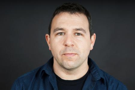 얼굴 표정: Portrait of a man with neutral facial expression