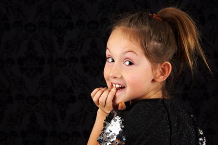 Portret van grappige klein blond meisje Stockfoto
