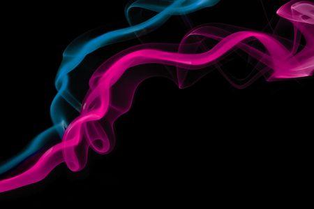 Roze en blauwe rook spoor naast elkaar.  Stockfoto