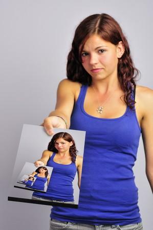 mounted: Meisje houdt van een gekoppelde foto van de dezelfde foto