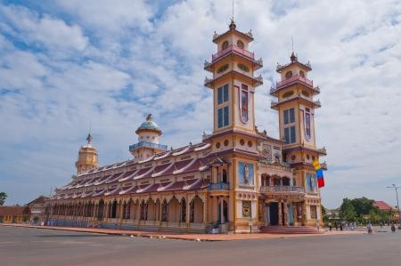taoisme: Cao Dai Tempel op 24 dec, 2012, in Ho Chi Minh, Vietnam caodai is een Vietnamese religie mengen van verschillende godsdiensten uit de hele wereld, waaronder het boeddhisme, confucianisme, christendom, hindoeïsme, islam, jodendom, taoïsme, en Geniism Stockfoto