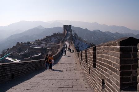 badaling: PECHINO, CINA - 4 Gennaio turisti a piedi sulla sezione Badaling della Grande Muraglia il gen 4, 2013, a Pechino � stato costruito inizialmente per scopi militari, oggi diventato una popolare attrazione turistica
