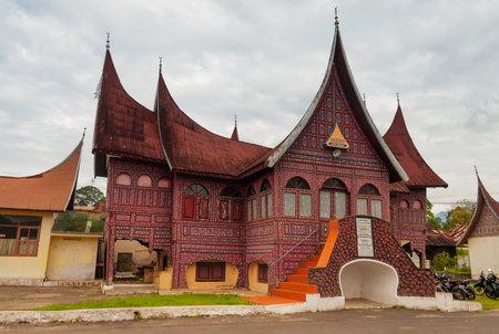 Bukittinggi, INDONESIÃ‹ - 22 december 2013: Minangkabau traditionele hous. Bukittinggi is de tweede grootste stad van West-Sumatra. Het is gelegen in de buurt van de vulkanen Mount Singgalang en Mount Marapi Redactioneel